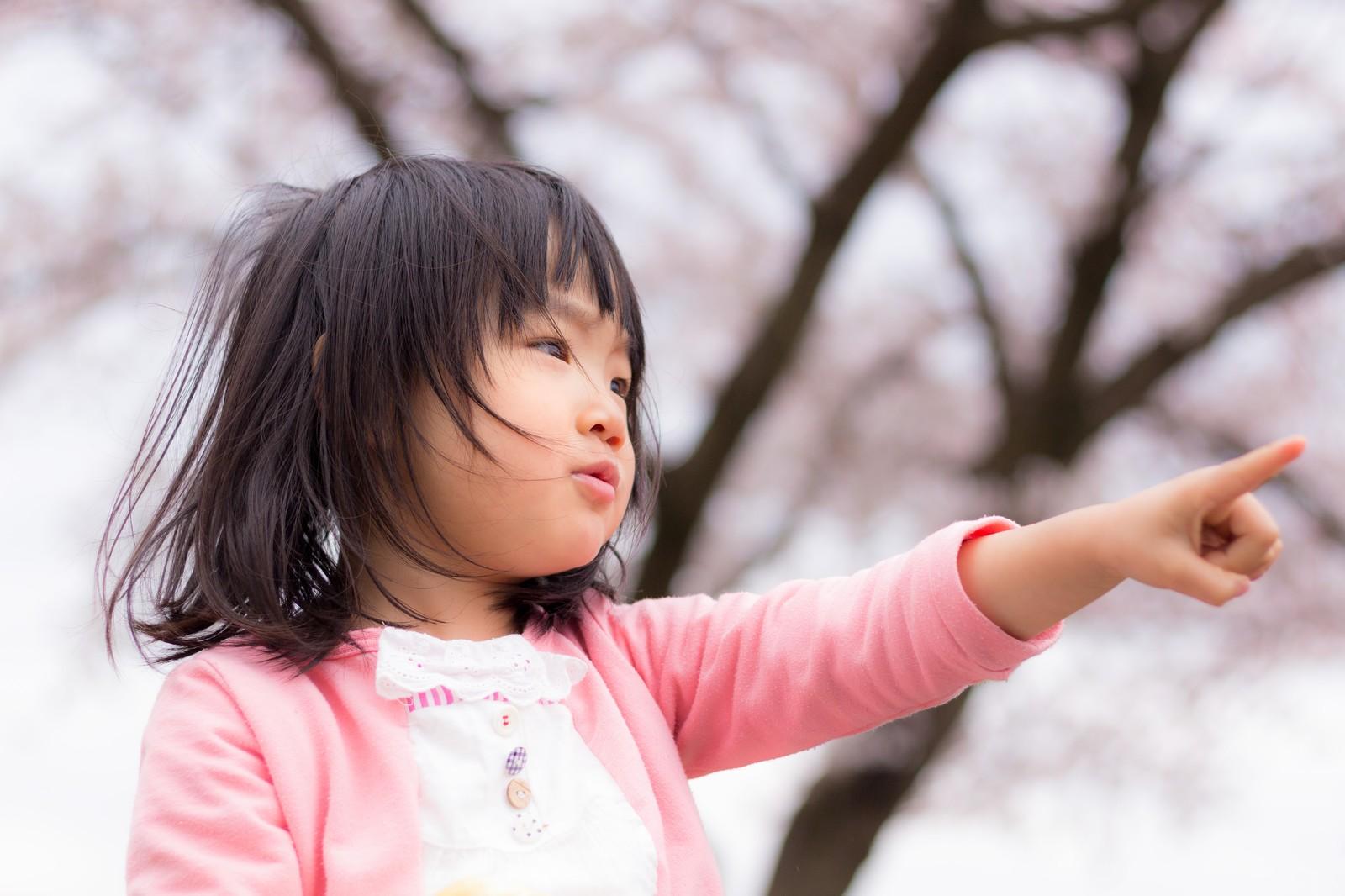 未来を指さす女の子